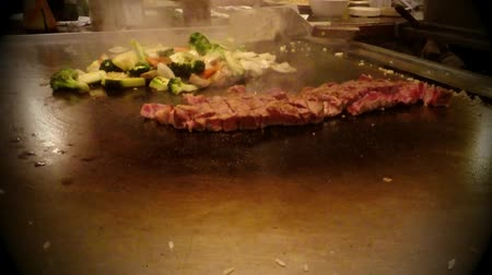comida japonesa : Chef cook preparing Japanese food on Teppanyaki grill table