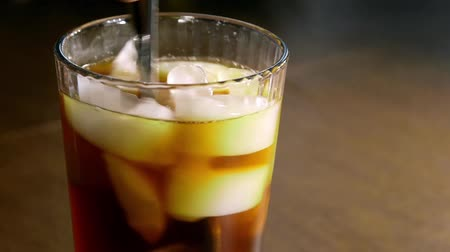 feketés csésze : Fresh brewed coffee pouring into glass of ice