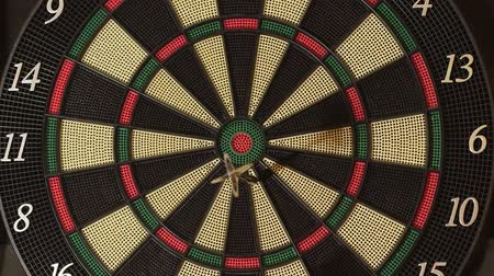 цель : Playing darts hitting target on game board