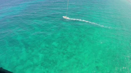 jamajka : Para sailing from back of boat in Caribbean sea - Extreme summer sports Wideo