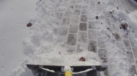 przeprowadzka : Man using shovel to remove snow after a winter storm