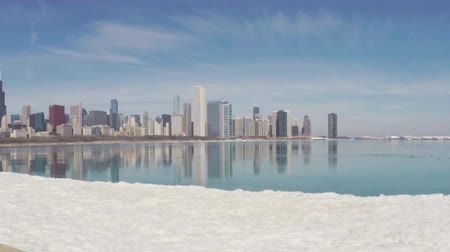télen : Chicago Illinois skyline seen from Lake Michigan on cold winter day
