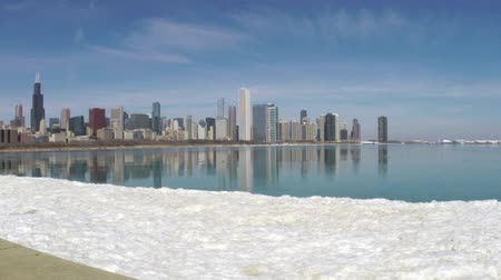 небоскреб : Chicago, Illinois skyline seen from Lake Michigan on cold winter day