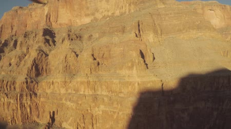 Looking out the window of a helicopter flying around the Grand Canyon Vídeos