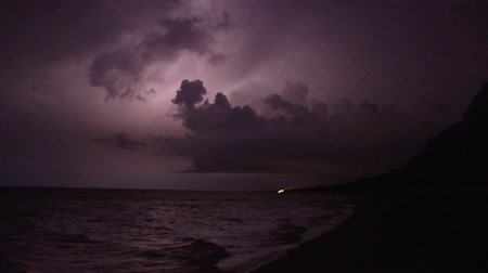 pogoda : Thunderstorm and lightning flashes along coastline waterfront
