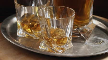 viski : Set of glasses with whiskey on vintage tray