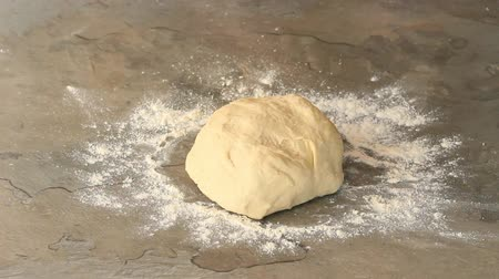 хлеб : Making dough for pizza