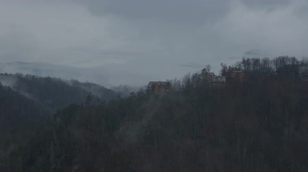 füstös : Scenic timelapse view in the Smokey Mountains across a valley with distant ridge line cabins and flowing clouds