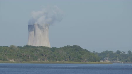 condens : power plant koeltorens over de rivier