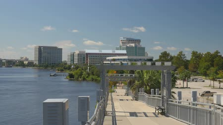 Elevated portion of the riverwalk near the railroad track crossing along the St. Johns River in downtown Jacksonville, Florida Vídeos