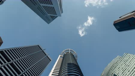 pénzügyi negyed : 4K cloud timelapse against tall skyscrapers in Raffles place Singapore during daytime Stock mozgókép