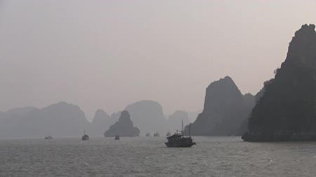 Вьетнам : Boats cruising on the waters of Ha long Bay UNESCO World Heritage  in Vietnam