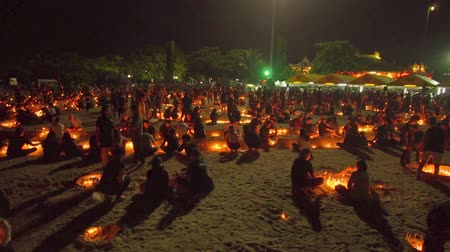 király : Several thousand residents and tourists dressed in black attire gathered in front of the Saphan Hin shrine for a candlelight ceremony to pay respect to King Bhumibol Rama 9.
