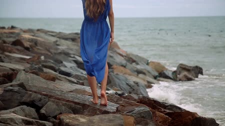 opalenizna : Gorgeous young girl with a beautiful figure posing and walks along the seashore