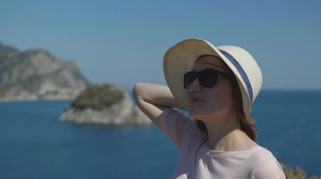 deniz manzarası : happy young girl tourist in hat admire freedom and beautiful nature on sunny summer day, slow motion Stok Video