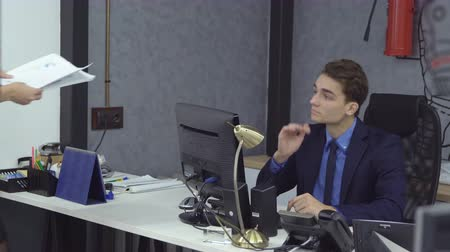 честолюбивый : Young female secretary in formal wear brought the man to the boss documents Стоковые видеозаписи