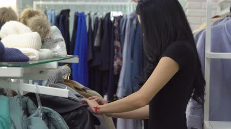 traje de passeio : Woman picking clothes in a store. Update the wardrobe. Stock Footage