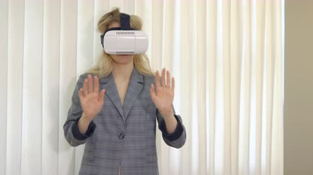 simulace : Business woman looking with VR device in office