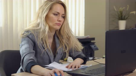 unalom : tired businesswoman falls asleep at the workplace in office Stock mozgókép