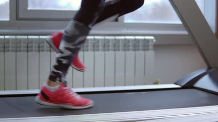 tornacipő : Treadmill. Young sportswoman in training at the gym. Side view, slow motion