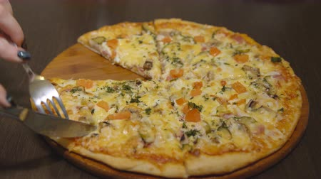 испечь : Juicy cheese pizza on a round wooden tray.