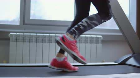 tornacipő : Treadmill. Young sportswoman in training at the gym. Side view.