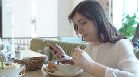 correspondência : Young woman in cafe with telephone. Lunch break.