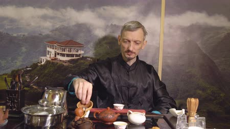 церемониальный : Master-man holding a tea ceremony. Eastern traditions.