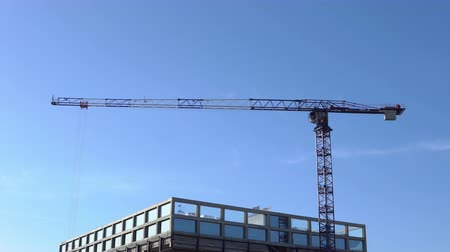 rámec : Construction crane and building on a background of clear sky. Dostupné videozáznamy