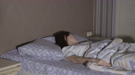 pesadelo : Brunette woman having a nightmare. Restless dreams.