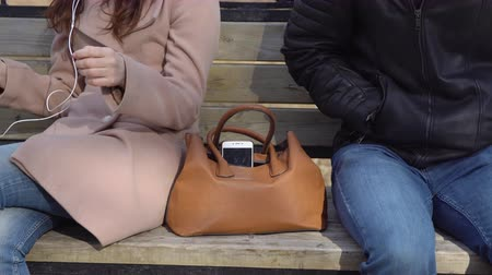 soymak : Man steals the phone from a womans bag in the park.