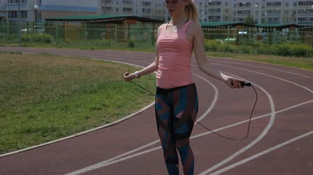 cordas : fitness and lifestyle concept - woman doing sports outdoors. girl with skipping rope. 4k