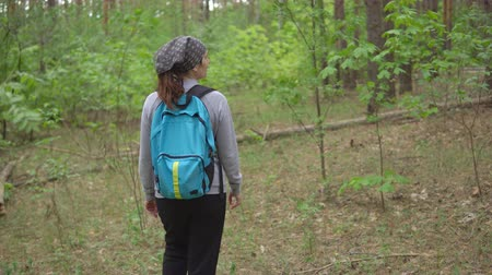 endure : Young woman get lost in the woods.