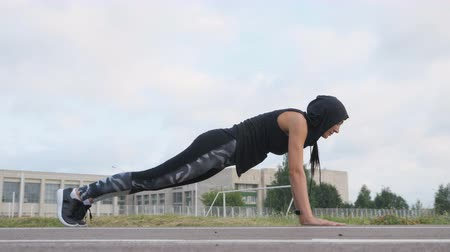 břišní : Fitness young woman athlete doing plank exercise on stadium. Dostupné videozáznamy
