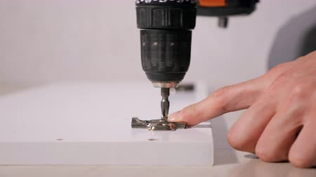 fikstür : Faceless shot of joiner attaching metal fixture on wooden door with drill Stok Video