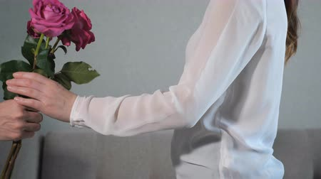 dát : Mens hands give a box with a gift and roses to a woman, slow motion Dostupné videozáznamy