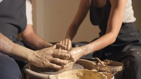 hrnčíř : couple hands making clay jug, 4k