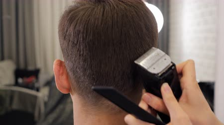 kuaför : Female barber haircut doing male hair style, slow motion Stok Video