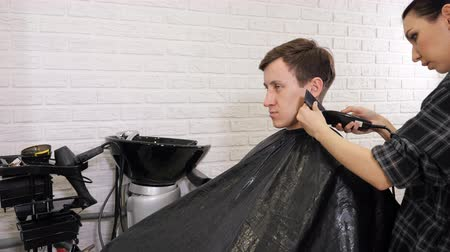 střih : slow motion of man getting a haircut by a hairdresser, 4k