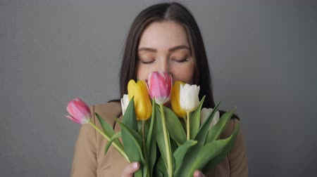 marcha : Young girl enjoy a bouquet of tulips, close-up Vídeos