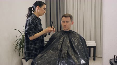 střih : Male haircut with electric razor. Close up of hair trimmer hairstyle. Professional hairdresser cutting hair with hair clipper.