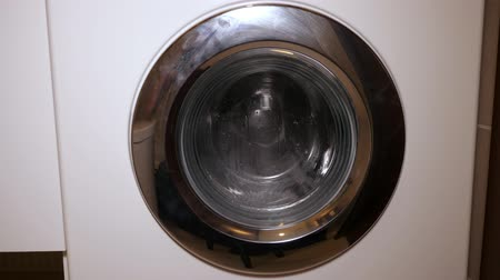 arruela : Laundry in washing machine. Working washing machine with clothes, spinning metal drum