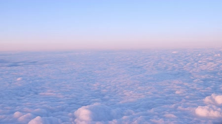 mavi gök : Beautiful clouds surface in sunset sky, view from plane during flight. Pink and blue cloudscape look like a snow.