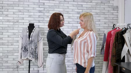 самодельный : Dressmaker works in atelier. Seamstress takes measurements with tape of woman client in tailoring workshop. Individual tailoring to order. Sewing business.
