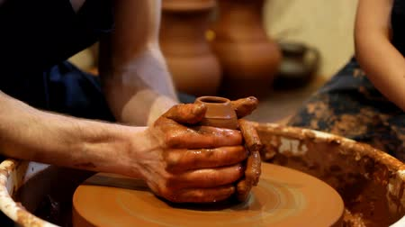 kézzel készített : potter learns the child to do products of clay