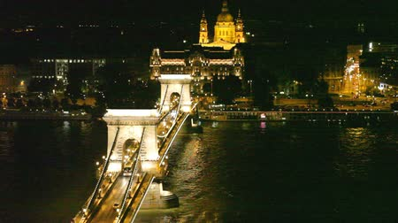 budapeste : Night traffic of cars on Secheni Bridge through Danube in Budapest Vídeos
