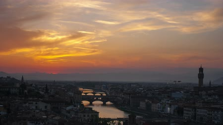 florencja : Sunset over bridges through the river Arno in Florence, timelapse