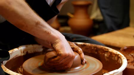 kézzel készített : Hands of the potter do pottery on a circle
