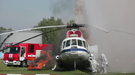 gösteren : RUSSIA, NOGINSK - AUGUST 10, 2015: Indicative manoeuvers of group of rescuers of Emercom of Russia on fire extinguishing on air transport Stok Video