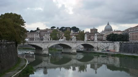vatikan : view towards the Ponte SantAngelo, Vatican and other buildings in Rome during the day